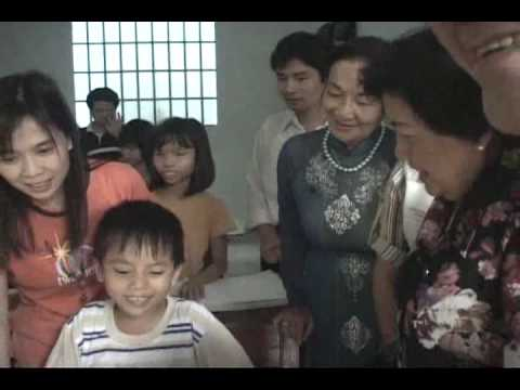 Huỳnh Tiểu Hương – Bà Hoài Thu thăm Trung Tâm (2)