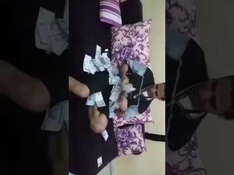 #فيديو : #شاهد مستهتر يطأ عملات من فئة الـ500 ريال بقدميْه ..وأثار غضب مشاهديه