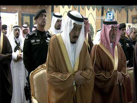 #فيديو ::  #الملك_سلمان يؤدي صلاة الميت على الأمير نواف بن عبدالعزيز