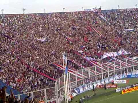 Hinchas cantando en el estadio Pedro Bidegain