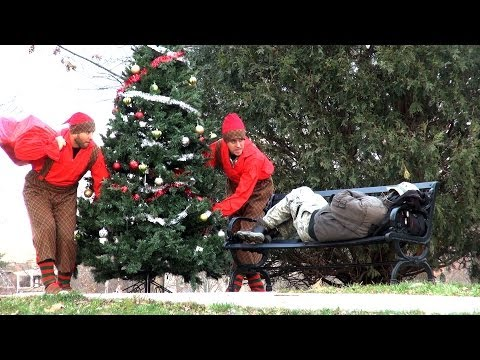 Internetové hvězdy dávají vánoční dárky bezdomovcům.