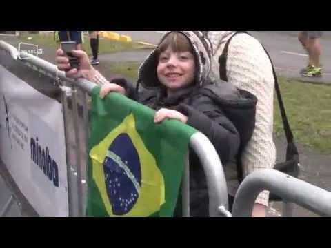 Animação espanta o frio e público faz bonito na corrida; veja vídeo