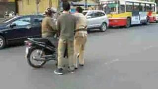 Xem video clip Cảnh sát giao thông bị tai nạn Video hấp dẫn Clip hot Baamboo com