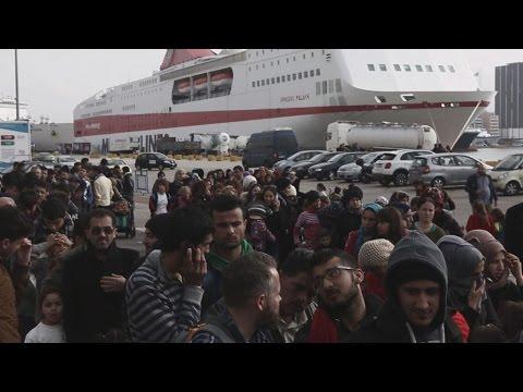 Περίπου 1300 πρόσφυγες αποβιβάστηκαν στο λιμάνι του Πειραιά