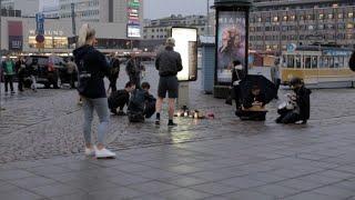 """Homenagens foram feitas às duas pessoas que morreram nesta sexta-feira em um ataque com faca na cidade de Turku, na Finlândia. A polícia prendeu um homem e o descreveu como """"um jovem de origem estrangeira""""."""