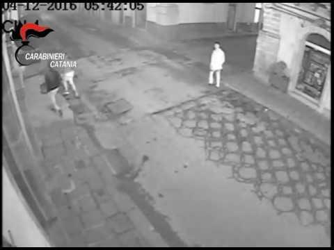 Sequestrano e rapinano anziano, ecco il video che li inchioda