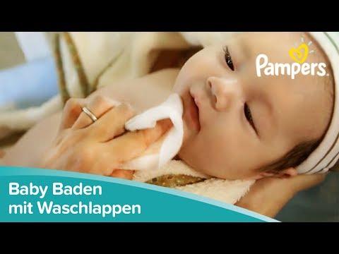 Baby Baden und Waschen mit dem Waschlappen | Pampers