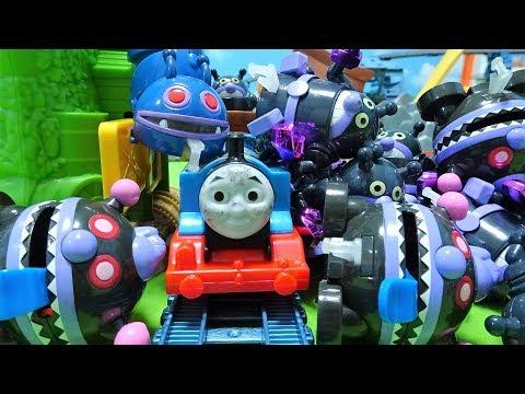 機関車トーマスが線路にバイキンマンが置いたバイキンメカに衝突 …