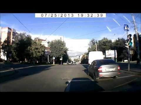 Девушка при повороте направо зацепила встречный авто