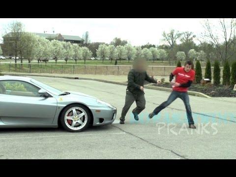Kille låtsas kissa på en Ferrari som är parkerad på handikappsparkering