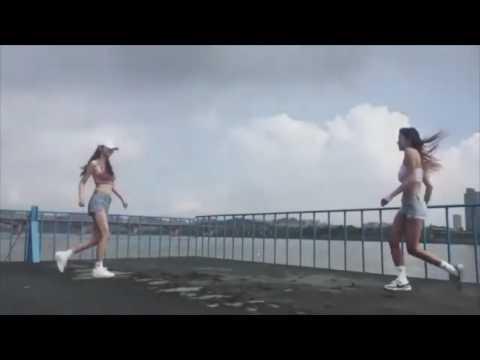 韓國正妹跳鬼步舞超厲害...長輩也晃的好厲害...焦點都模糊了.