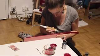 Je vous montre ici comment je fais un astiquage, qui est une finition des tranches en maroquinerie.Je finis à peine ma formation, j'essaie de vous montrer ce que j'a appris, après, ça reste loin d'être parfait ;)