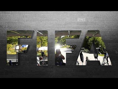 Άγγλος κωμικός πέταξε χαρτονομίσματα στον πρόεδρο της FIFA