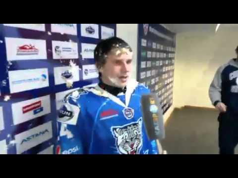 Хоккеисту 'Снежных барсов' залепили тортом в лицо в прямом эфире