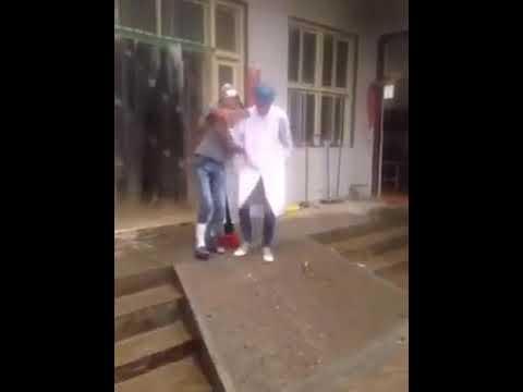 العرب اليوم - شاهد: مساعدة ممرض لمريض تنتهي بكارثة مُفجعة