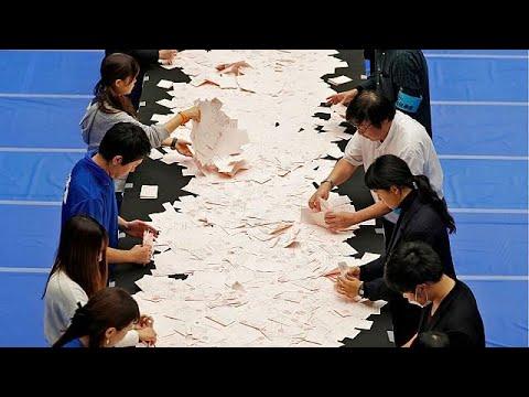 Ιαπωνία: Ευρεία νίκη Άμπε δείχνουν τα exit poll