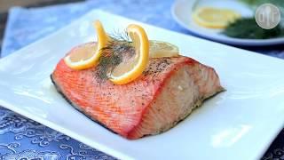 Lonja de salmón ligeramente ahumado sobre una tabla para asado, bañado en mantequilla sabor a ajo y eneldo. Encuentra la receta completa en Allrecipes México: http://allrecipes.com.mx/receta/12098/salmon-ahumado.aspx