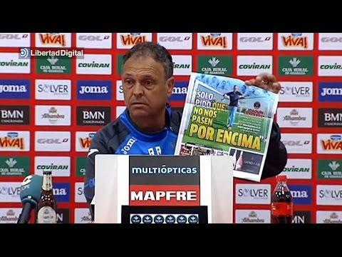 VIDEO: Woeste Granada-coach verscheurt krant