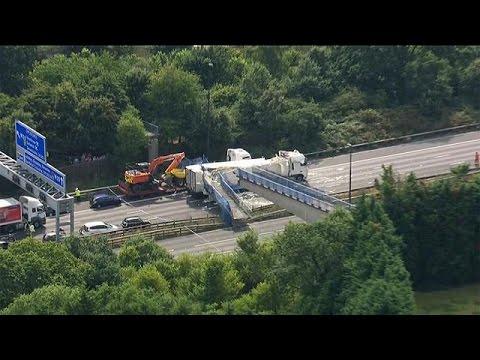 Βρετανία: Πανικός από κατάρρευση πεζογέφυρας σε αυτοκινητόδρομο