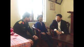 Đồng chí Nghiêm Xuân Cường, Tỉnh ủy viên, Bí thư Thành ủy thăm, tặng quà mẹ Việt Nam Anh hùng Hoàng Thị Nghi