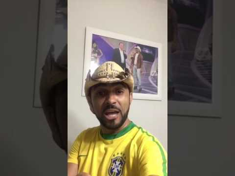 Prefeito de São Raimundo do Doca Bezerra ostenta uísque em praça pública