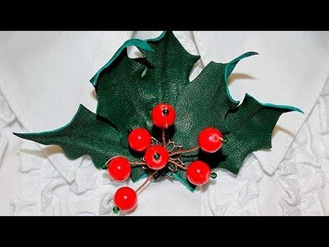 spilla natalizia a forma di agrifoglio