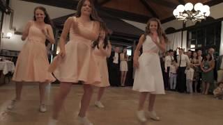 Ósemka rodzeństwa tańczy dla panny młodej na weselu. Ruchy młodszego brata sprawiają, że tłum wiwatuje.