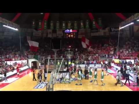 Il finale con rissa tra Varese e Siena in gara 5