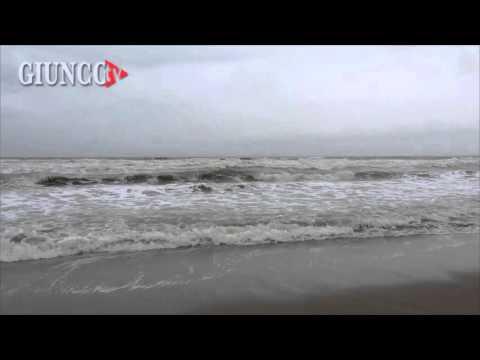 La forza del mare contro la costa: le immagini spettacolari