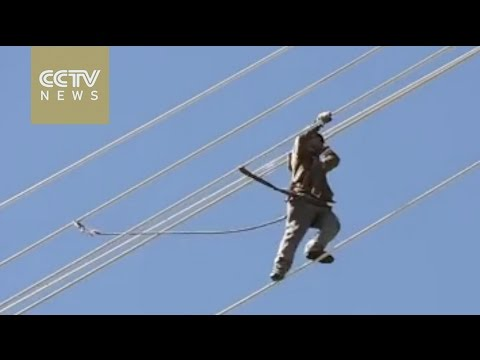 Watch Daredevil workers not afraid to work on China's high-rise power towers