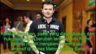 Sumber: Tribunnews.comPedangdut Muhammad Ridho Irama alias Ridho Rhoma (28) yang ditangkap karena membawa sabu-sabu kini telah resmi berstatus tersangka.Berapa ancaman hukuman untuk Ridho Rhoma?Ridho Rhoma ditangkap petugas Satuan Reserse Narkoba Polres Metro Jakarta Barat di kawasan Jakarta Barat, Sabtu (25/3/2017) subuh.Rilis resmi yang dikeluarkan Satuan Reserse Narkoba Polres Metro Jakarta Barat, Ridho Rhoma yang kini berstatus tersangka dikenakan Pasal 112 ayat (1) sub Pasal 127 Jo Pasal 132 ayat (1) Undang-Undang Republik Indonesia No 35 tahun 2009 tentang Narkotika.Di samping itu, Ridho Rhoma juga terkena ancaman pidana maksimal empat tahun penjara.
