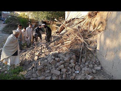 Μάχη με το χρόνο δίνουν τα σωστικά συνεργεία σε Αφγανιστάν και Πακιστάν