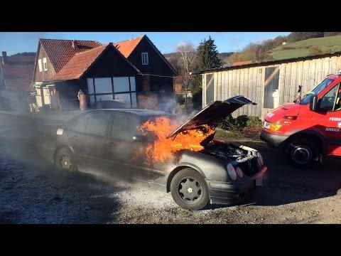 Benz gerät während der Fahrt in Flammen