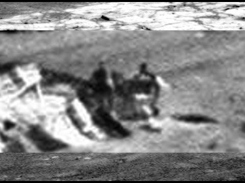 Twee figuren bekijken gecrashte UFO op Mars