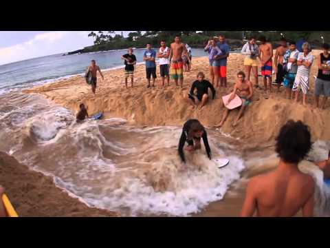 一群人在沙灘上挖渠道 最後竟成為天堂~~