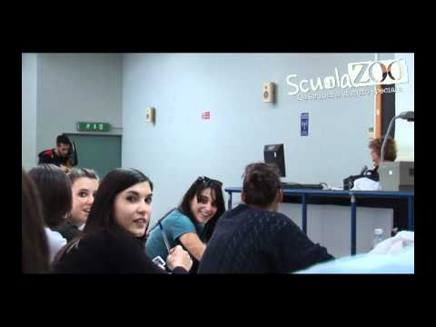 a lezione risponde al telefono e disturba tutta la classe, stupendo!