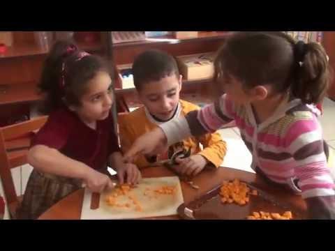 نشاط صناعة الطعام لأطفال روضة المركز