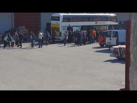 Kατέφθασαν τα πρώτα πέντε πούλμαν με πρόσφυγες στο νέο κέντρο φιλοξενίας στο Ωραιόκαστρο