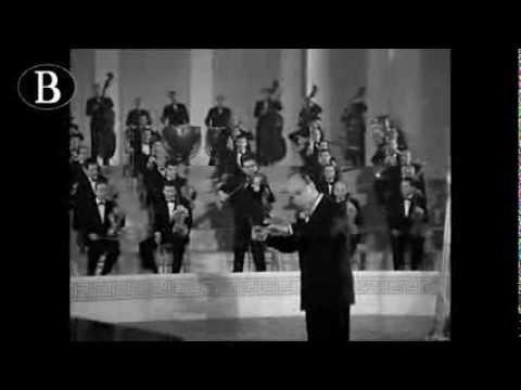"""Pippo Barzizza dirige """"Sotto il cielo di Capri"""".cantata da Ariodante Dalla. Dal film """"I pompieri di Viggiù"""", 1949."""