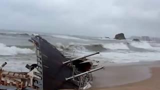 En aquesta petita gravació que vaig fer ahir al matí podem veure les restes dels 2 creuers que ahir a la nit van ser arrencats literalment des del moll de Blanes ...