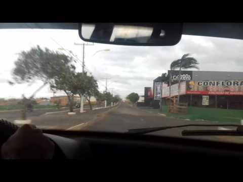 Vendaval antes da chuva desta quarta-feira (02/11) na Av. Coqueiros, em Mineiros (GO).