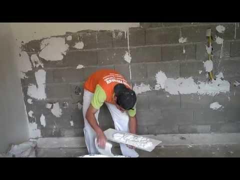 aplicar gesso - Aplicando gesso liso na parede ainda crua (direto no bloco).