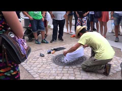 他把一件T恤放在水溝蓋上,幾分鐘後一拿上來大家當場就掏錢想買!
