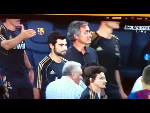 Mourinho tweaks ear (видео)