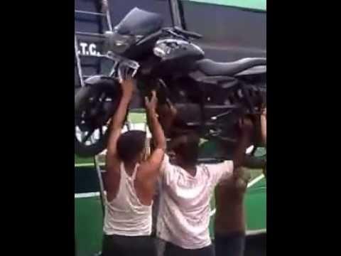 印度人又開外掛了!你不會相信他用什麼東西把摩托車頂上巴士車頂!