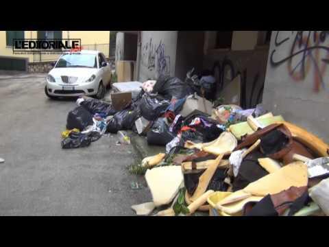 Discarica-mercatino su Via Roma