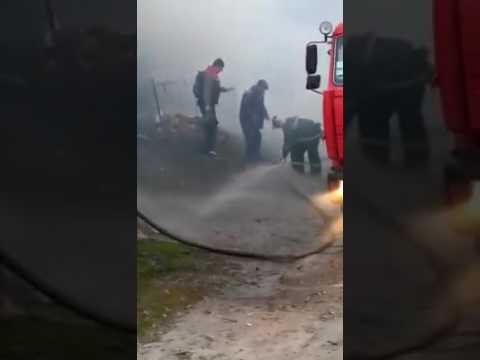 <a href='/Info/?id=80691' >Рівненщина: люди своїми силами затикали дірки у пожежному рукаві [ВІДЕО]</a>