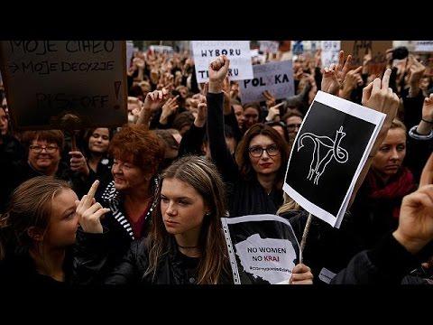 Χιλιάδες Πολωνές διαδήλωσαν ενάντια στο νόμο που απαγορεύει τις εκτρώσεις