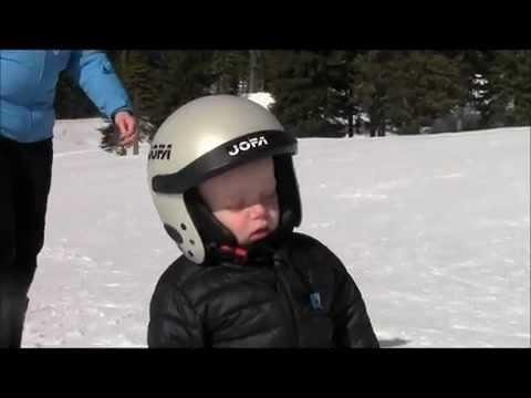這小孩好累,邊滑雪邊打瞌睡….