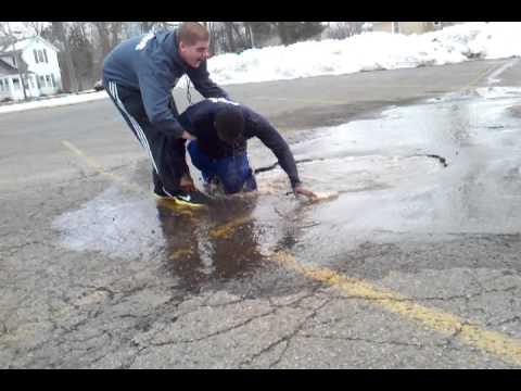 Hilarante Fail: Saltando sobre un charco